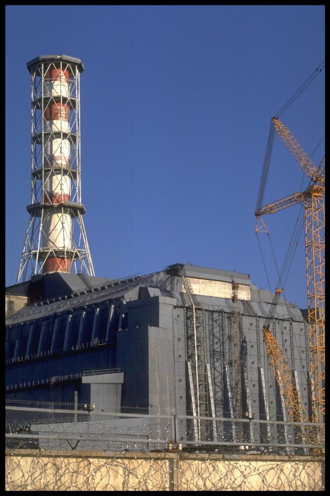 Tshernobilin reaktorin ympärille rakennettu sarkofagi. Greenpeace / Clive Shirley.