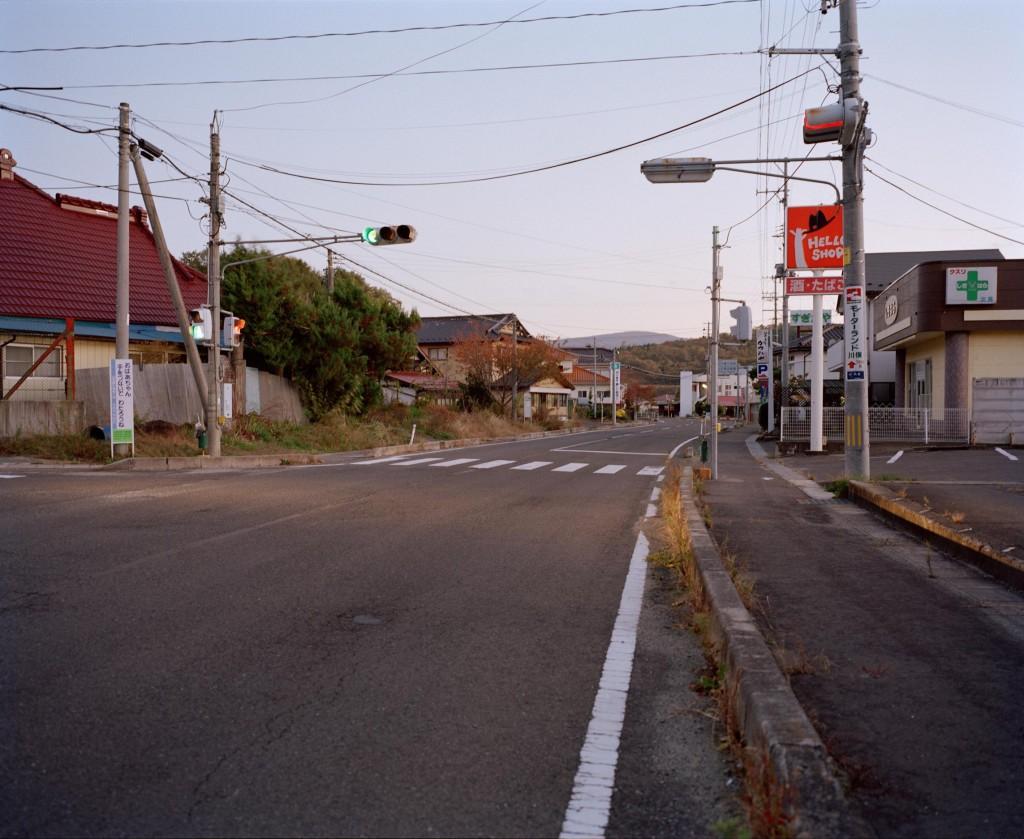 Saastunutta katumaisemaa Kawamatassa, Fukushimassa. Greenpeace / Robert Knoth.